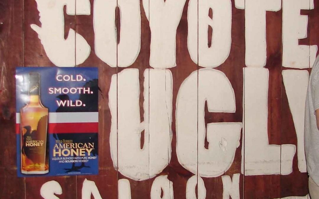 Sobre la barra de Coyote Ugly en San Antonio, Texas