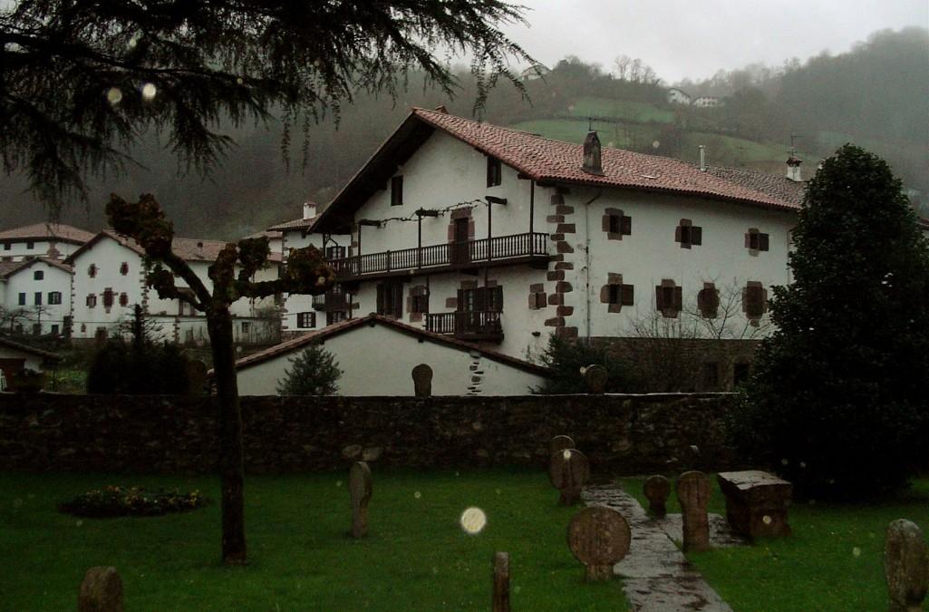 Etxalar, donde las iglesias se adornan con lápidas