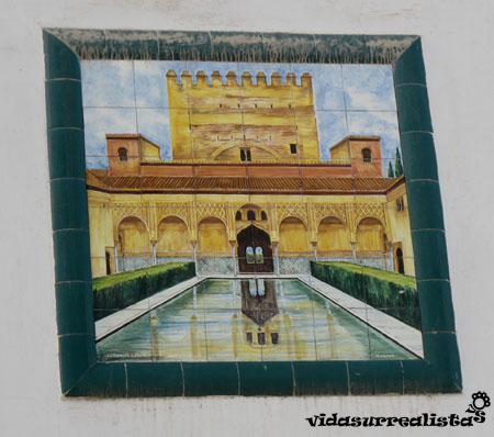 Azulejo con motivo del Patio de los Arrayanes de La Alhambra