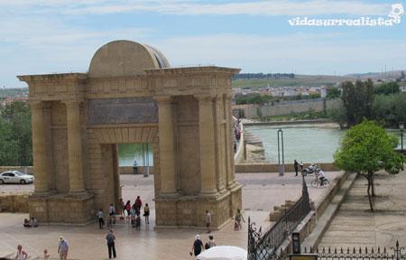 Puerta del Puente Romano, Cordoba, España