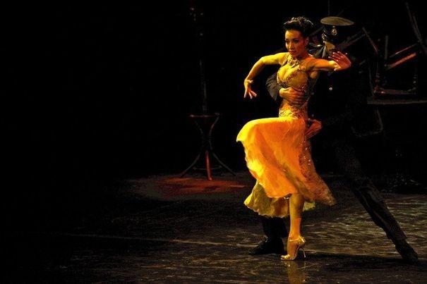 316786_la-danseuse-argentine-mora-godoy-sur-la-scene-du-cabaret-chantecler-le-11-avril-2012-a-buenos-aires