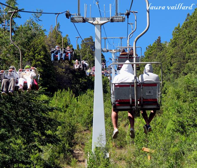 Bajan con gorro y guantes, suben de short. Pobres chicos, no leyeron que en Bariloche hace frío también en verano.