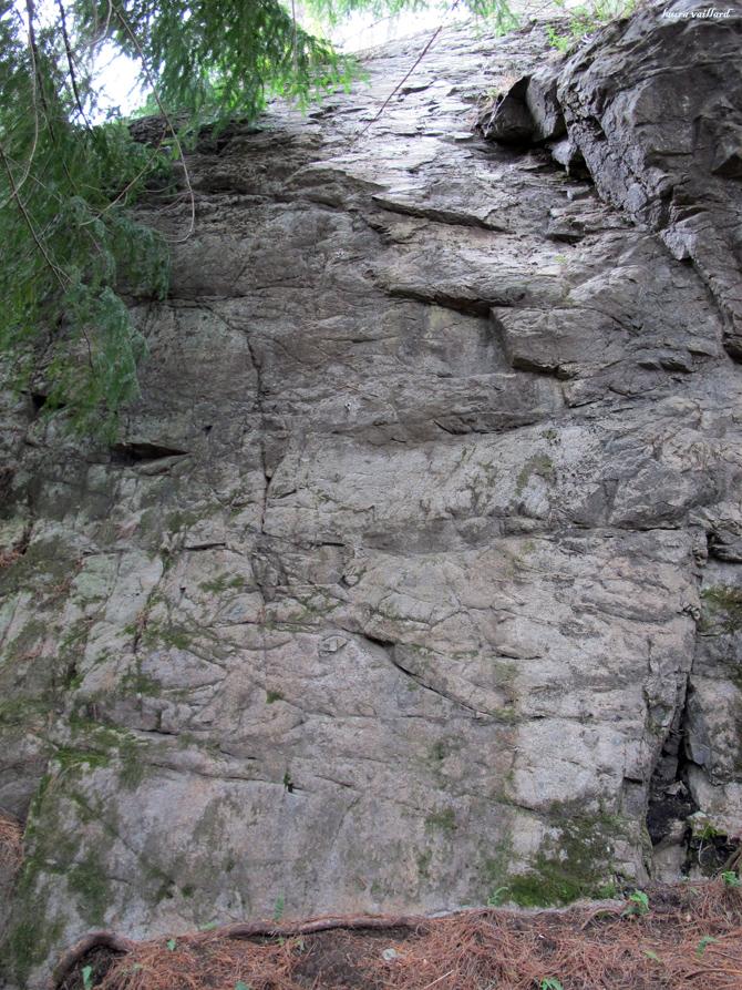 Una de las primeras zonas de escalada que se ven cuando terminas de subir. Son vías cortas de unos 10 metros con 4 chapas y descuelgue.
