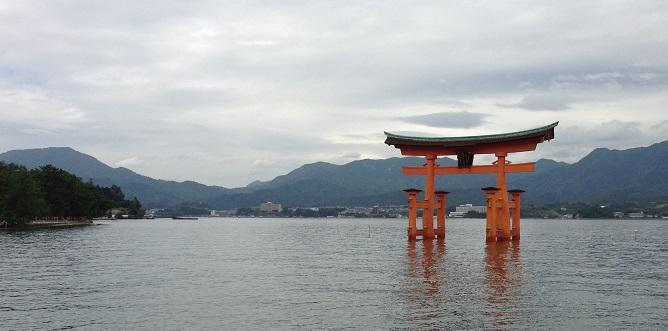 Puerta torii en Miyajima, japón