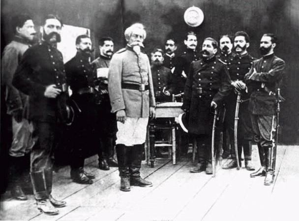 2- Foto del Estado mayor peruano. La misma fue tomada poco después de se retirara el mayor chileno Salvo. El de uniforme claro es Bolognesi y al extremo derecho es Sáenz Peña (1880)