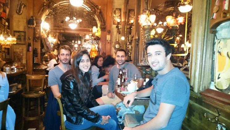 Tomando un tinto con mis nuevos amigos turcos en Zlatna Ribica. Foto: cortesía de Safa Öztürk (¡gracias!)