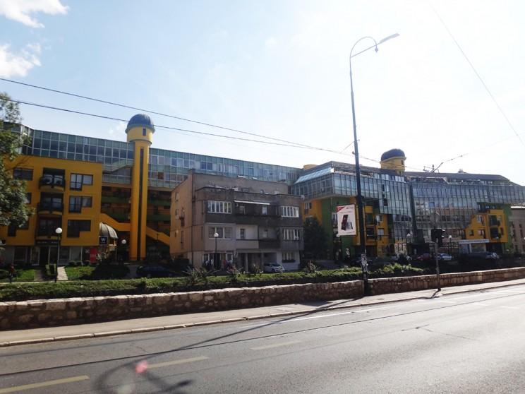 Zgada Papagajka, un edificio de la época comunista, otro de los estilos que se pueden observar (en su momento era considerado moderno...)