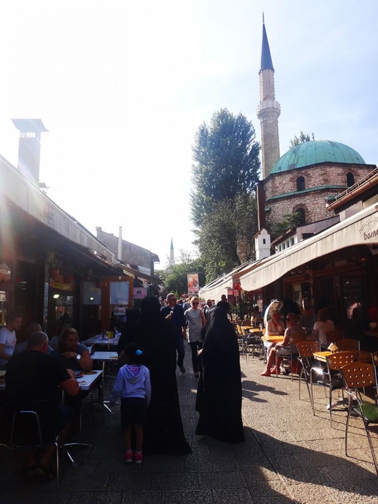 Hay muchos cafés en la ciudad, especialmente en Baščaršija