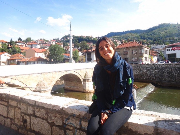 Con el Miljacka y sus edificios. Sarajevo me sorprendió con su encanto